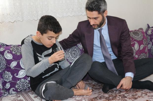"""Kollarını kaybeden çocuğa devlet şefkati Şırnak Valisi Mehmet Aktaş'ın desteğiyle iki kolunu kaybeden çocuğa biyonik kol takıldı 5'inci sınıf öğrencisi Mustafa Katar: """"Artık kalem tutabileceğim, sayfaları çevirebileceğim"""""""