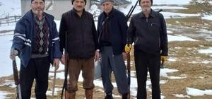 Yayla evlerine ayıların girdiğini duyunca tüfeklerini alıp yaylaya çıktılar Gümüşhane'nin Kürtün ilçesi sınırları içinde bulunan ancak Trabzon'un Şalpazarı ilçesi Geyikli mahallesi sakinleri tarafından kullanılan Alaca Yaylası'nda kışın etkisiyle aç kalan ayılar yayla evlerine girdi