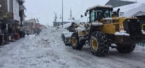 """Kar nedeniyle kapanan o köyün yolu açıldı 150'den fazla """"Silikozis"""" hastası bulunan  ve kar yağışı nedeniyle kapanan Bingöl'ün Karlıova ilçesine bağlı Taşlıçay köyü yolu gece yarısına kadar süren çalışma ile açıldı"""