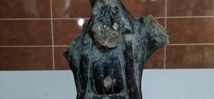 Roma dönemine ait mermer kral heykeli ele geçirildi Eskişehir'de tarihi eser kaçakçılığı Çuval içinde mermer kral heykeli bulundu