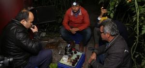 Sazlı sözlü 'don' nöbeti Antalya'da örtü altı sebze üreticileri, 2 gündür süren zirai don için gece boyunca serada soba yakıyor, sabaha kadar sazlı sözlü muhabbet ediyor