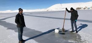 Çıldır Gölü buz tuttu Gölün yüzeyinde 15 santimetre buz kütlesi oluştu