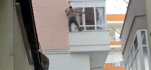 Tehlikeyi hiçe sayan slikon ustası pes dedirtti Yerden 8 metre yüksekte balkonun pvc kaplamasından destek alıp slikon çekti