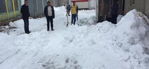 Çatıdan düşen kar altında kalan ve kepçe üzerinden geçen çocuk öldü Bingöl'ün Karlıova ilçesinde çatıdan düşen karın altında kalan çocuğu fark etmeyen kepçe ezerek ölümüne neden oldu