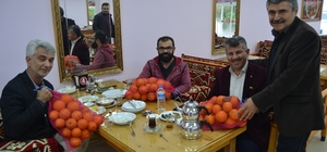 Dalında kalan portakalı restoranda müşterilere dağıtıyor Adana'da 5 girişimci, narenciye bahçesi içerisine açtıkları restoranda müşterilerine dalında kalan portakalları hediye ediyor Portakalları 10 kiloluk hediye paketi yapan girişimcilerin işleri iki kat arttı