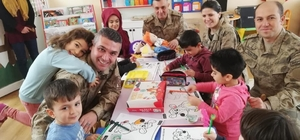 Bingöl'de jandarmadan çocuklara hediye