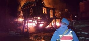 Yangın nedeniyle yeni yılda evsiz kaldılar 2 Katlı ahşap ev alev alev yandı, 6 kişilik aile evsiz kaldı Yangına giden itfaiye aracı buzlanma sebebiyle yolda kaldı