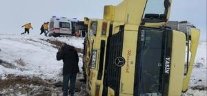 Buzlu yolda yoldan çıkan tır devrildi: 1 yaralı
