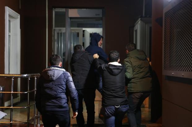 Dini nikahlı eşine kızıp 2 yaşındaki kızını rehin aldı Polisin çabalarının ardından ikna olan adam karakolda gazetecilere saldırdı