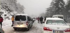 Kar görmeye giden vatandaşlar araçlarıyla mahsur kaldı Zorkun Yaylası'nda yoğun kar yağışı nedeniyle mahsur kalan araçları AFAD ekipleri kurtardı