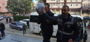 """Adana'da uyuşturucu operasyonu Gözaltına alınan 19 kişi adliyeye sevk edildi Şüphelilerden bazıları basın mensuplarına """"Ne çekiyorsunuz"""" diyerek tepki gösterdi"""