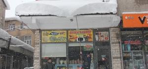 Bingöl'de kar 1 metreyi aştı, 281 köy yolu ulaşıma kapandı Kar nedeniyle araçlar görünmez olurken, güzel görüntüler de ortaya çıktı Tipi nedeniyle kapalı bulunan Elazığ,Muş ve Diyarbakır yolları yapılan çalışma sonrası açıldı