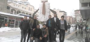 Bir birinden farklı kardan adam yaptılar