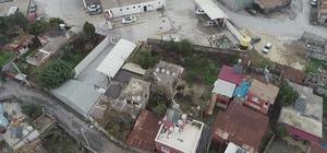 """""""Gizemli kazı"""" bitti, """"kırmızı ev"""" kaderine terk edildi Kazı alanı yakınında bulunan evlerdeki çatlakların devam ettiği görüldü Mahalle halkı da oluşan çatlaklardan sonra evleri terk etmeye başladı, evler ve sokaklar bomboş kaldı"""