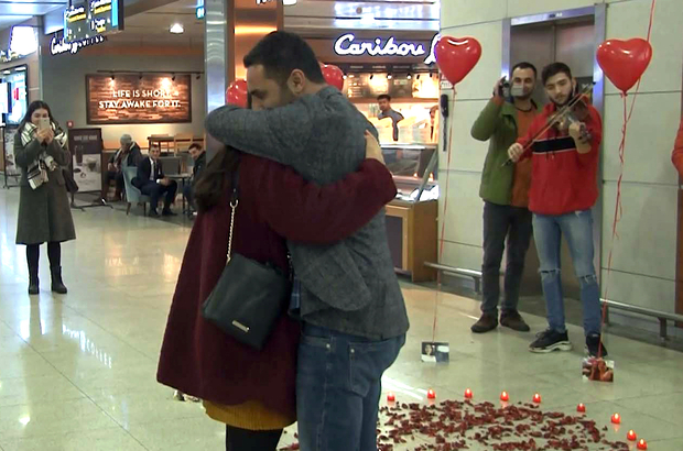 Havalimanında pankartlı kemanlı evlilik teklifi