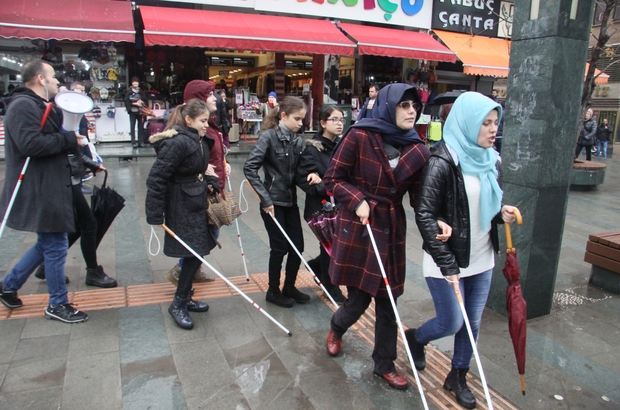 Antalya'da beyaz bastonlu bireyler farkındalık için yürüdü 'Hey esnaf baksana' diyerek, dikkat çektiler