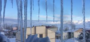 Karlıova 'buz' tuttu Bingöl'ün Karlıova ilçesinde 1 metreyi aşan kar yağışı sonrası etkili olan soğuklar nedeniyle buz sarkıtları oluşurken, araçlar da çalışmaz hale geldi