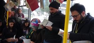 'Okumayı' otobüste kitap okuyarak teşvik ettiler