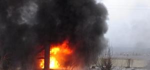 Simav'da fabrika yangını Yangını söndürmeye çalışan 2 itfaiye eri dumandan etkilendi