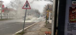 Seyir halindeki otomobil alev aldı Yangını vatandaşların uyarısıyla fark eden sürücü araçtan kendini atarak  canını kurtardı