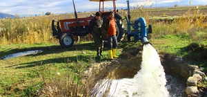 Aydınlı çiftinin tuz mücadelesi Topraktaki tuz oranını düşürmek için çiftçiler kış ortasında tarlalarını sulamaya başladı