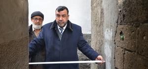 """Türkiye'nin en dar sokağı Kahramanmaraş'ta 90 santimetrelik sokakta iki kişi yan yana yürüyemiyor Mahalle sakini İbrahim Pakyardım: """"Buralar eskiden bağdı. Babam sattı buraları. O dönem sırtı odun yüklü eşek geçse yeter diyerek yaptırmışlardı"""""""