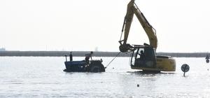 Suya gömülen traktörü kepçeyle kurtardılar Seyhan Nehri'nin taşması sonucu Tarsus ilçesinde buğday, lahana, marul ve kabak ekili alanlar su altında kalırken üretici perişan oldu. Tuzla-Tarsus arasındaki karayolundan geçmeye çalışırken sulara gömülen traktör iş makinasıyla kurtarıldı