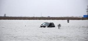 Otomobil göle dönen yolda mahsur kaldı Tuzla-Tarsus arasındaki karayolundan geçmeye çalışırken sulara gömülen otomobilin sürücüsü kendi imkanlarıyla araçtan çıkıp olay yerinden ayrıldı