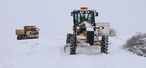 Sivas'ta 656 köy yolu kapalı Sivas'ta kar yağışı ve olumsuz hava şartları nedeniyle 656 köye ulaşım sağlanamıyor.