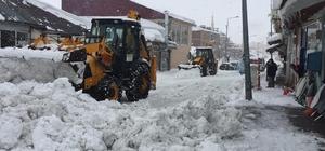 """Karlıova'da 2 bin kamyon kar taşındı, hala taşınıyor Karlıova adına yakışan bir kış yaşıyor Adına yakışır şekilde kışın yaşandığı Bingöl'ün Karlıova ilçe merkezinde şuana kadar 2 bine yakın kamyon kar taşınırken, ekipler gece gündüz çalışmasını sürdürüyor Karlıova Belediye Başkanı Veysi Bingöl: """"Günlük ortalama 78-80 kamyon kar taşıyoruz"""" """"Bazen bir günde bir yolu 3 defa açıyoruz"""" """"Karlıova ismine yakışır bir kışı yaşıyor"""""""