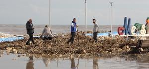 (Özel) Afeti fırsata çevirdiler Mersin'de dün öğleden sonra başlayan ve gece boyunca etkisini sürdüren fırtınanın denizden sahile sürüklediği ağaç parçaları, vatandaşların kışlık odunu oldu