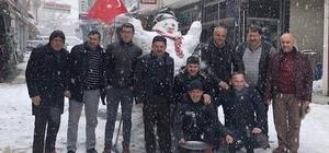 Esnaflardan 2 metrelik kardan adam