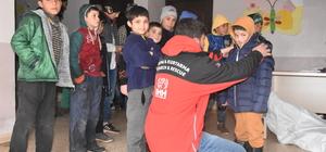 Suriyeli yetimlere mont ve çizme yardımı yapıldı