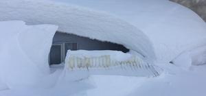 Kar Karlıova'da 2 metreyi aştı, evlerin penceresine ulaştı Kar yağışı ve tipi nedeniyle yaşamın zorlaştığı Bingöl'ün Karlıova ilçesinde kar kalınlığı 2 metreyi aştı Kar nedeniyle bir çok ev neredeyse görünmez hale geldi İlçede kar nedeniyle 3 hafta içerisinde sadece 2 gün eğitim yapılabildi