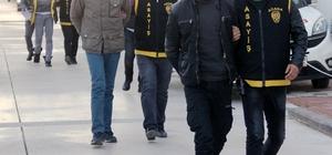 Yurda gitmek isteyen öğrencileri gasp eden 3 zanlı tutuklandı Adana'da gece yurda gitmek isteyen 2 üniversite öğrencisini otomobillerine alıp 120 lira para ve kol saatini bıçakla gasp ettiği ileri sürülen 3 zanlı tutuklandı