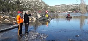 """Karaisalı'da 200 ev sular altında kaldı. Etekli Mahalle Muhtarı Ahmet Akkuş: """"Aşırı yağışlardan sonra şimdi de karlar eridi. Sular çekileceği yerde giderek artıyor"""""""