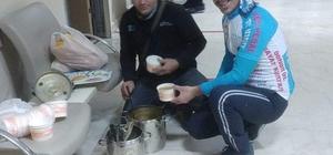 Adana'da evsizlere çorba ikramı