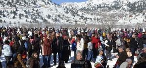Adanalılar Kar Festivali için Kızıldağ Yaylası'na aktı Binlerce Adanalı otobüs ve özel araçlarıyla geldikleri Kızıldağ'da unutulmaz bir gün yaşadı Kızıldağ yolundaki insan ve araç trafiği havadan görüntülendi