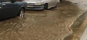 İzmir'de sağanak yağış hayatı olumsuz etkiledi