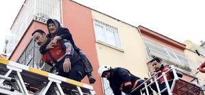 Yangında can pazarı Mersin'de 3 katlı binanın ilk katında çıkan yangında evde yalnız yaşayan 91 yaşındaki kadın, itfaiye ekiplerince merdivenli araçla balkondan girilerek kurtarıldı