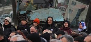 """Uğur Mumcu patlatılan aracı önünde anıldı Uğur Mumcu Eskişehir'de de unutulmadı Başkan Kazım Kurt; """"Bu araç ibreti alem olsun diye burada kalacak"""""""