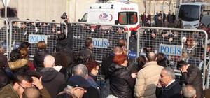 HDP'li Milletvekili Leyla Güven cezaevinden ambulansla çıktı 79 gündür açlık grevinde olan Güven, eylemine evinde devam edecek