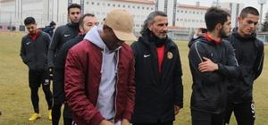 Lisansı çıkmayan oyuncular Eskişehirspor'dan ayrıldı Eskişehirspor'da yaprak dökümü başladı Vali Hanefi Demirkol Tesislerinde takım arkadaşları ile vedalaşan 9 futbolcu için Eskişehirspor Teknik Direktörü Fuat Çapa son derece duygulandı