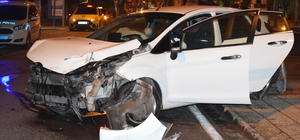 Otomobilin çarptığı ticari taksi kaldırıma savruldu: 1 yaralı