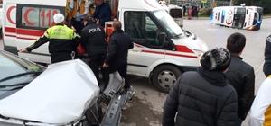 Samsun'da ambulans ile otomobil çarpıştı: 6 yaralı Kazada yan yatan ambulanstaki sağlık görevlilerini vatandaşlar kurtardı