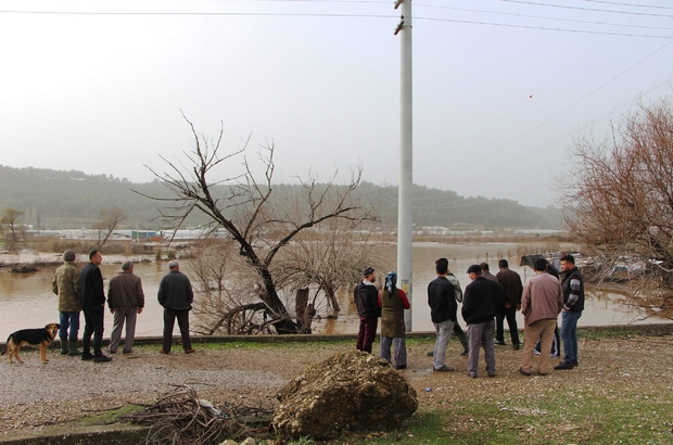 Antalya'da şiddetli yağmur tarım alanlarını sular altında bıraktı Mahalleden geçen bir dere taştı Yolda kalan vatandaşlara itfaiye ekipleri yardım etti