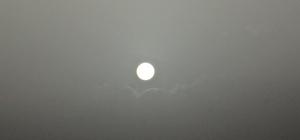 Bulutların arasından çıkan güneş dolunayı andırdı
