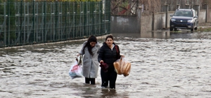 Aşırı yağış 20'ye yakın evde su baskınına neden oldu İşten geldiklerinde evlerini su içinde buldular