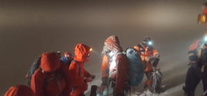 Uludağ'da 2 dağcı tipi ve fırtına sebebiyle kayboldu Yoğun fırtına ve tipi AFAD ve JAK ekiplerinin çalışmasını güçleştirdi ancak ekipler 4 saat sonra kar mağarası yaparak hayatta kalan 2 dağcıyı sağ salim kurtardı