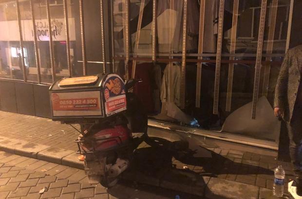 Motosikletli Pizza Kuryesi Giysi Mağazasının Camından Içeri Girdi
